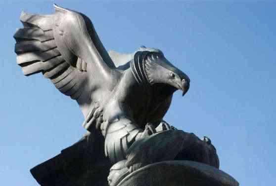 The Diving Eagle è di uno scultore sardo